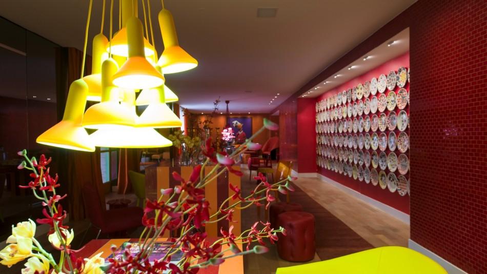 Brunete Fraccaroli  Design Agenda – Casa Cor São Paulo 2012 no living sabrina sato projetado para a casa cor sp 2012 pela arquiteta bunete fraccaroli as cores vibrantes se espalham com destaque para a uma mesa central de 14 m de comprimento 1338300911413 1920x1080 e1339407782569