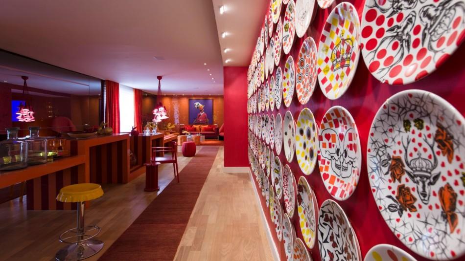 Brunete Fraccaroli  Design Agenda - Casa Cor São Paulo 2012 no living sabrina sato projetado para a casa cor sp 2012 pela arquiteta bunete fraccaroli as cores vibrantes se espalham com destaque para a uma mesa central de 14 m de comprimento 1338300937309  e1339408004879