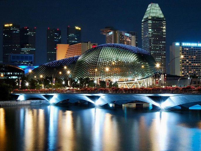 I love Singapore and this city is bursting with gorgeous and surprising architecture wherever you turn.   Best of architecture in Singapore The durian shaped Esplanade Night Singapore
