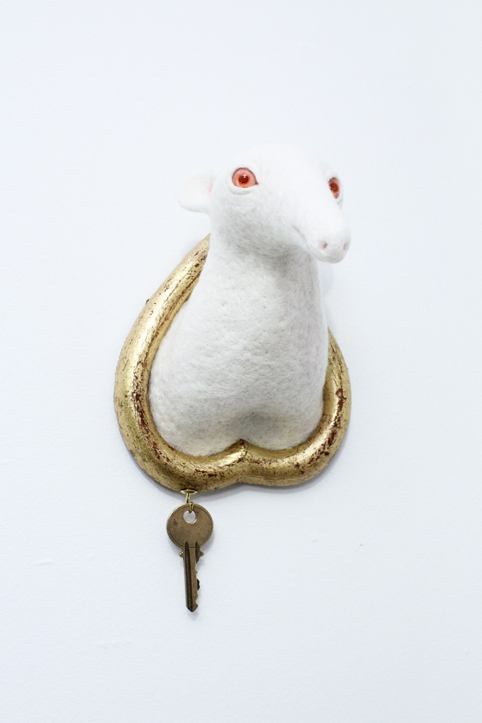 """""""Zoë Williams love for animals brought her to build these white and glittering needle felted wool sculptures, hanging on the wall like hunted trophies. """"  Incredible animal sculptures by Zoë Williams Incredible animal sculptures by Zo   Williams artists i lobo you7"""