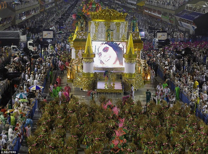 """""""This year, as always, Brazilian Carnival last night ended as glittering as he should. Blaring music and scantily-clad dancers at the Sambadrome impressed the visitors."""" Brazilian Carnival The best of Brazilian Carnival 2015 The best of Brazilian Carnival 2015 performances i lobo you"""