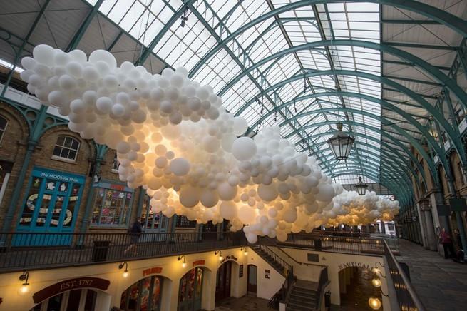 Charles Pétillon Installations With Balloons  Charles Pétillon Installations With Balloons charles petillon heartbeat 100000 white balloons covent garden designboom 03