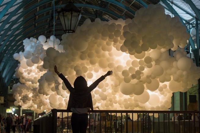 Charles Pétillon Installations With Balloons  Charles Pétillon Installations With Balloons charles petillon heartbeat 100000 white balloons covent garden designboom 06