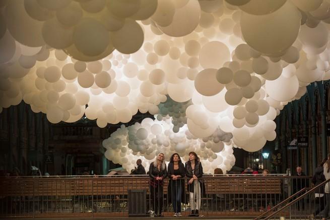 Charles Pétillon Installations With Balloons  Charles Pétillon Installations With Balloons charles petillon heartbeat 100000 white balloons covent garden designboom 07