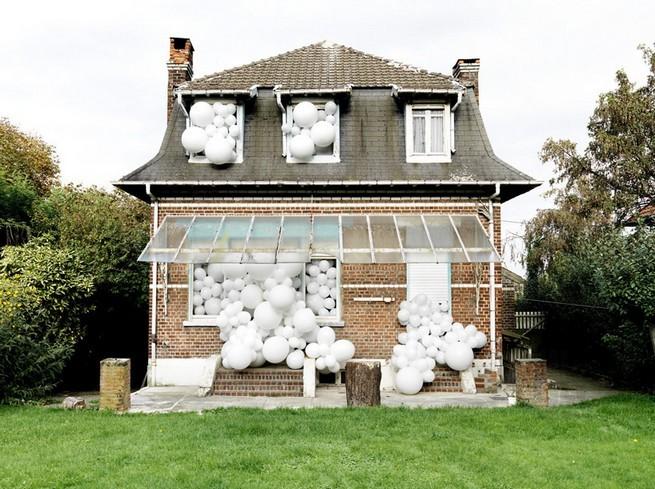 Charles Pétillon Installations With Balloons  Charles Pétillon Installations With Balloons charles petillon heartbeat 100000 white balloons covent garden designboom 09