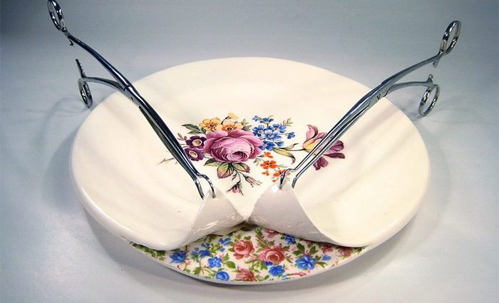Beccy Ridsdel is a UK-based artist specialized in ceramics. This series of works called Surgically-Altered ceramics consists in artistic tableware.