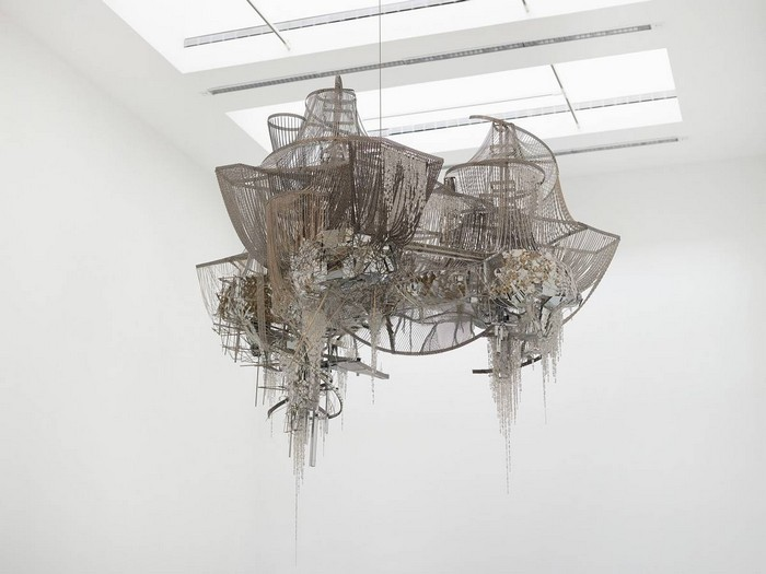 Born in 1964, under the military dictatorship of South Korea, Lee Bul's works that most impressed us was the artistic chandelier created.