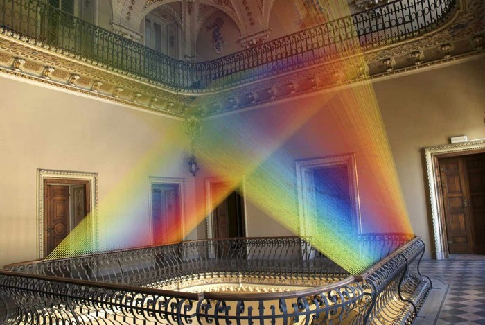 Originally from Mexico City, Gabriel Dawe is recognized by the colorful art installation he installs in several inside spaces.