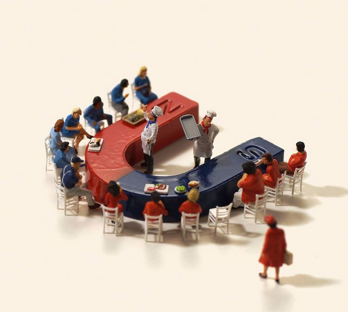 When children let their imagination run wild, even their food can become a plaything. Tanaka Tatsuya never lost that wild imagination with miniature sculptures.