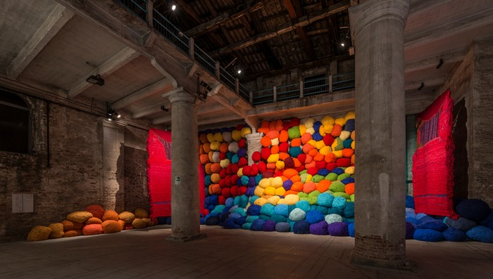 Sheila Hicksdelivers a knockout wall of knitting—all explosive, rumbling colors- at this exhibition of Venice Biennale 2017. venice biennale Venice Biennale 2017: colorful installation by Sheila Hicks Venice Biennale 2017 colorful installation by Sheila Hicks artists I Lobo you6