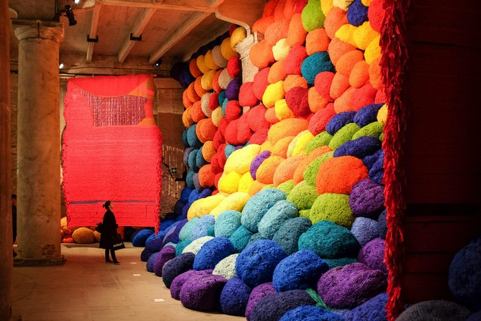 venice biennale Venice Biennale 2017: colorful installation by Sheila Hicks Venice Biennale 2017 colorful installation by Sheila Hicks artists I Lobo you8