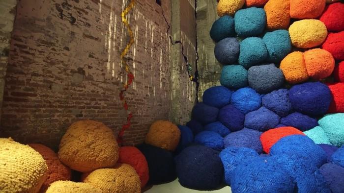 venice biennale Venice Biennale 2017: colorful installation by Sheila Hicks Venice Biennale 2017 colorful installation by Sheila Hicks artists I Lobo you9