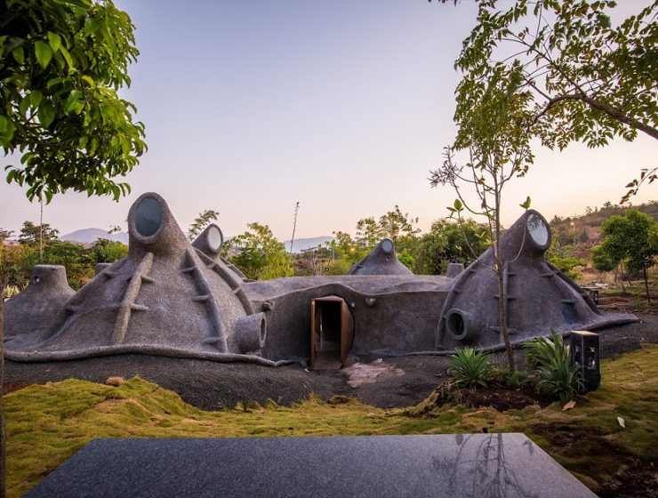 Shailesh Devi is the architect behind this futuristic house architecture in Nashik, India. She seeks to bridge the ever-growing gap between city life and nature