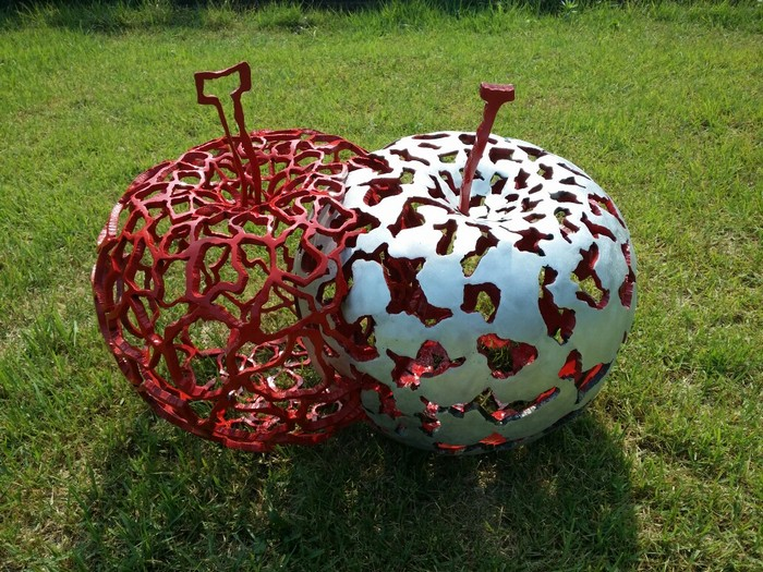 Jeon Yong Hwan is a Korean artist dedicated to creating contemporary sculpture inspired mainly in apples.