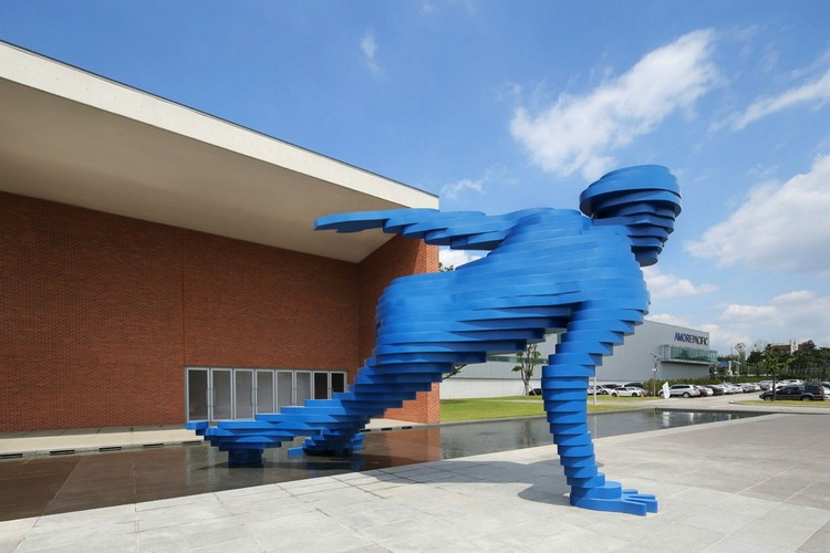 sculptures Bold and Hypnotizing Sculptures by Xavier Veilhan xavier veilhan i lobo you 10