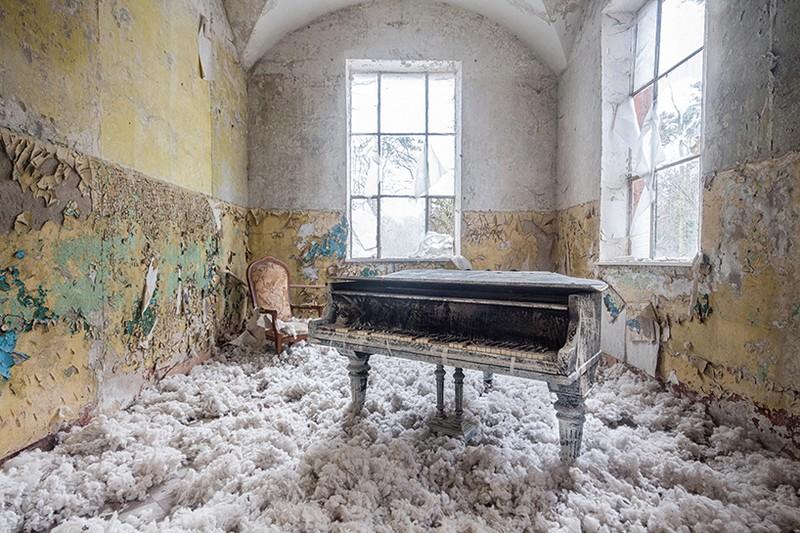 Art Photography Romain Thiery Captures Broken Pianos As Art Photography photography i lobo you 1