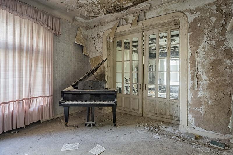 Art Photography Romain Thiery Captures Broken Pianos As Art Photography photography i lobo you 2