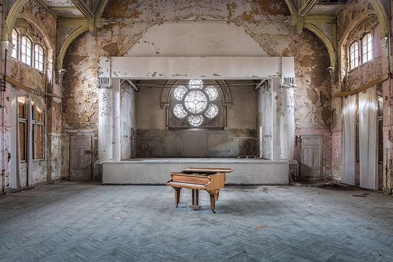 Art Photography Romain Thiery Captures Broken Pianos As Art Photography photography i lobo you 7