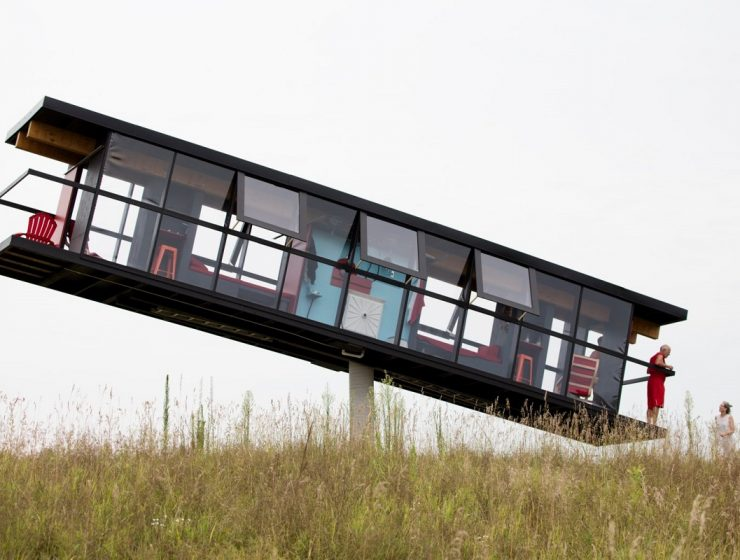 This is the most challenging house architecture. Who could have imagineda rotating home that's balancing on a single concrete column? house architecture Balancing and rotating house architecture by Alex Schweder & Ward Shelley 1 Balancing and rotating house architecture by Alex Schweder Ward Shelley I lobo you 2 740x560
